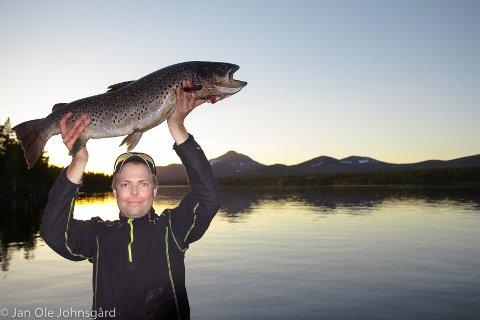 STORFANGST: Geir Erik Knutsen viser stolt fram ørret på 6,1 kilo han tok på Langsjøen forleden.