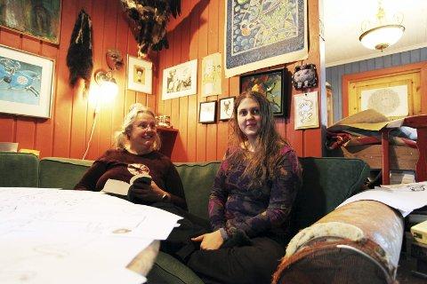 KOMMENTERER: Kaia Nyhus Dahle medvirker med «kommentarer» til moren Gro Dahles dikt. Foto: Lena Malnes
