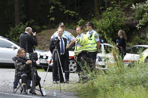 Stor stas: Under kontrollen i Skiveien var justisminister Anders Anundsen (midten) på besøk. Bak han står nasjonal UP-sjef Rune Karlsen og nest til høyre står Stein-Olaf Røberg.FOTO: BJØRN V. SANDNESS