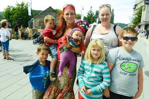 Kirsti Kelly (t.v.) med barna Maria (3 mnd), Levi (3) og Noah (5) og Annja Næss med barna Lucas (10) og Linnea (8). FOTO: TONHILD S. STRAND