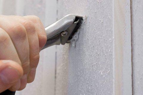 Gammel løs maling må fjernes før du maler på ny. Dette gjøres med en god malingskrape.