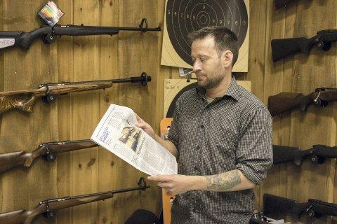 ØNSKER MINDRE GRÅSONER: Daglig leder ved Elverum jakt og våpen, Bjørn Åstorp, er selv en aktiv jeger, og etterlyser klarere retningslinjer og mindre gråsoner for oppbevaring og behandling av jaktvåpen.