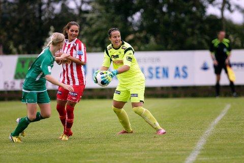 Carola Söberg med godt grep om ballen og begivenhetene. Lisa Klinga i midten.