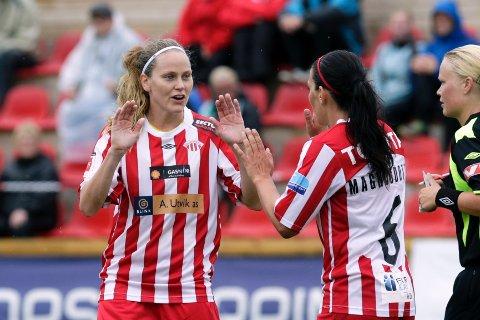 Lisa Dahlkvist (t.v.) gratulerer Frida Magnusdottir med en flott scoring.