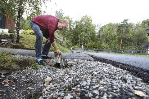 Ikke fornøyd: Sølve Fjerdingstad er ikke imponert over kommunen, når det gjelder jobben som er gjort i Plogsvingen. Alle foto:Bjørn V. Sandness