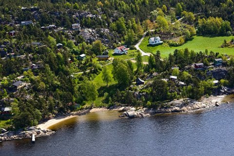 I området ved Græsdal feriehjem åpner kommunen for 20 nye fritidsboliger. Det skjer under forutsetning av at stranda nede til venstre i bildet blir rustet opp med tanke på allmennheten.