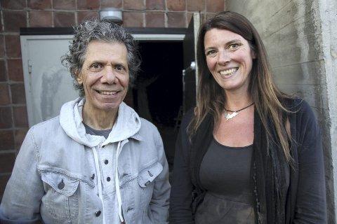 FRA ÅRETS FESTIVAL:  Programleder Ann Iren Ødeby backstage med Chick Corea.FOTO:  TORSTEIN VEGHEIM/NRK