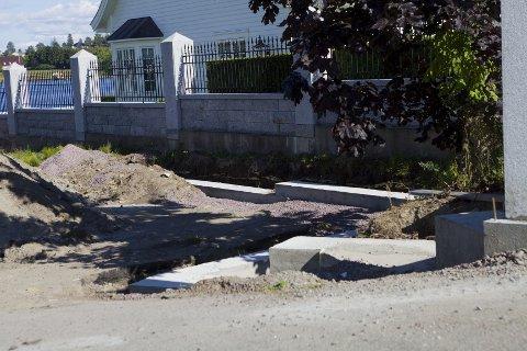 Arbeidet med en støttemur i Kalvetangveien 91 er stoppet av kommunen fordi det ikke er søkt om.