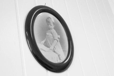 GAMLE DAGER: Else Marie som lita jente. Det er nesten 100 år siden,  det! Bildet henger på veggen på rommet til Else Marie.