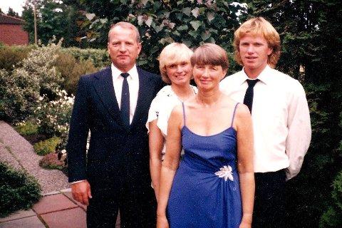 Familien: Thor Nielsen, datteren Elisabeth, sønnen Erik og Ruska Nielsen foran. Bildet er tatt i 1984 under sølvbryllupet.