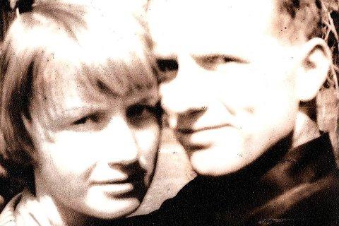 UNG: Ruska Løchen traff fotballspilleren Thor Nielsen og de giftet seg på en fredag slik at Thor kunne være uthvilt til seriekampen søndag. Til å være tatt i 1954 var Thor tidlig ute med denne «selfien».