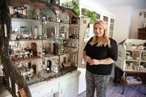 Som liten hadde ikke Christel Jensen det fineste dukkehuset i gaten. Det har hun nå. – Jeg forsøker å få frem mest mulig realistiske verk, sier hun.