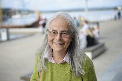 GLAD: Mette Østvold er glad for at hun og ektemannen kan få gjenoppbygge bolighuset som ble påtent og brant ned til grunnen i 2009. Foto: Anne Charlotte Schjøll