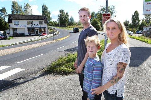 HER KRYSSET HAN: Noah (8) gikk av sykkelen og krysset veien til fots her. Han så ikke bilen som traff ham, og slengte ham 20 meter opp i veien, til busslommen i bakgrunnen.