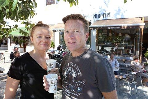 FORNØYD: Kaffebrenneriet-gründer Steinar Paulsrud med daglig leder for Sandvika-filialen, Magdalena Wysocka.