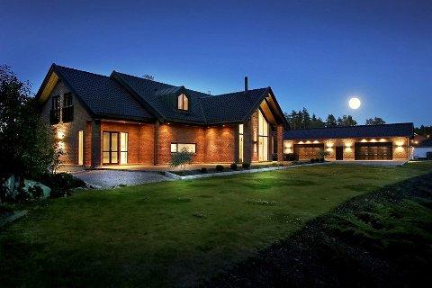 Villaen i Beryllveien på Begby er på 340 kvadratmeter, i tillegg til at det følger med firedobbel garasje. Megleren føler seg ganske sikker på at  det vil bli solgt med ny pris.