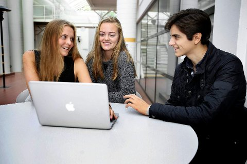 KRITISKE: Katharina Coucheron , Vilde Fornebo og Victor Trimboli er selektive når de velger kilder til skoleoppgavene sine.
