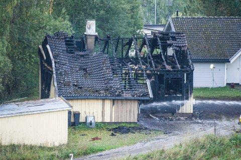 FULL UTRYKNING: Nødetatene rykket ut til eneboligen i Brumunddal torsdag kveld. Huset var overtent da brannmannskapene kom til stedet.