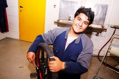 BILINTERESSERT: – Jeg liker å fikse biler, sier Roman Raqib Asghar.