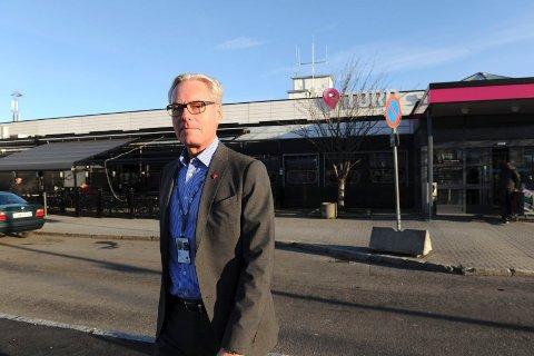 I BEREDSKAP: Administrerende direktør Gisle Skansen ved Torp Sandefjord Lufthavn forklarer at beredskapen er på plass og at flyplassen har klare kommandorutiner.