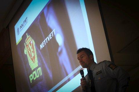 Kurt Nygård fra Moss politistasjon holdt foredrag for Malakoff-elevene om nettvett.