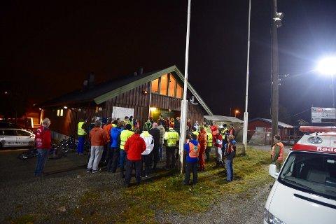 Nærmere 100 frivillige fra nærmiljøet har møtt opp for å lete natt til fredag.