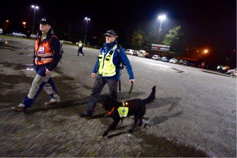Bernt Mørk fra Lier Røde Kors (t.v.) og hundefører Øystein Ramseng (t.h.) fra Norske Redningshunder.