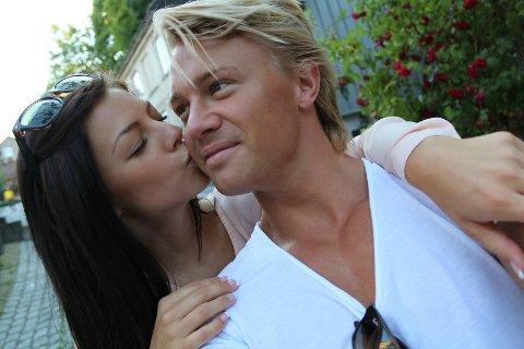 Stina Bakken er populær på nett, men selv om hun får beundrende meldinger fra gutter, så er hun opptatt. Hun er samboer med Roger Berget fra Mjøndalen.