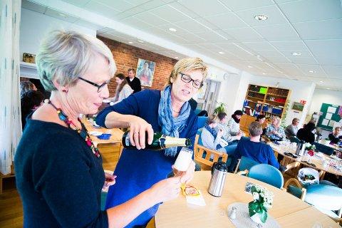 Daglig leder Inge Bossen Thorsen og audiopedagog Aslaug Lunde feirer den nye avtalen med litt alkoholfri champagne.