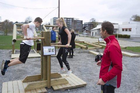 Gym ute: Stian Tobias Schøien og Elise Søberg er elever på Vg1 idrettsfag og demonstrerte bruken av apparatene.