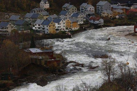 MÅ VENTE: Det er fortsatt fare for at fire hus i Opovegen kan rase ut. Foto: Harald Nordbakken