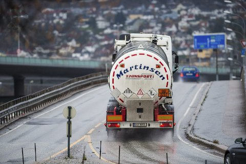 Rambøll har påvist en rekke skader på Holmenbrua. Brua tåler ikke vekten av de tyngste kjøretøyene, og mye tyder på at lastebiler neste år må bruke Strømsøbrua til og fra Holmen, mens de må bruke Øvre Sund bru dersom de skal krysse elva.