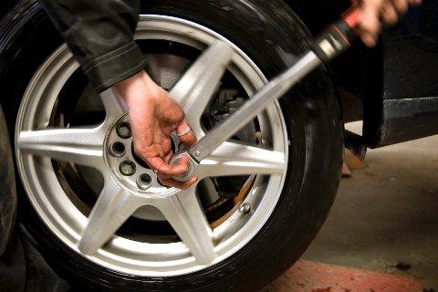 Selv om du skifter dekk på et verksted, må du huske å etterstramme hjulboltene etter å ha kjørt noen kilometer.