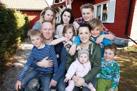 Helene Smedsrud er åttebarnsmor og aktiv blogger. Her er hele familien samlet på ett brett. Nelly, Abelone Ferdinand, Leander, pappa Jan Frode, Fiorella, mamma Helena, Konstantin, Sokrates og helt foran Dorotea.
