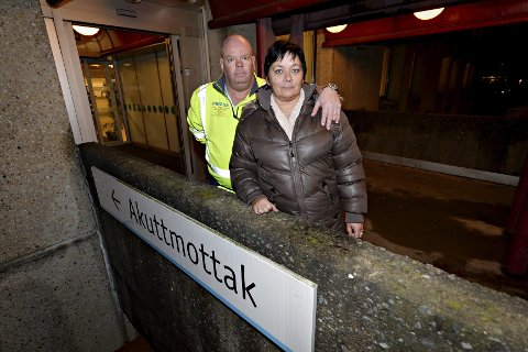 Her, på akuttmottaket til Drammen sykehus, måtte Denny Omdal (52) hente kjæresten Mette Omdal (51) mandag kveld, etter at hun i all hast ble fraktet fra tannlegekontoret i ambulanse på formiddagen.