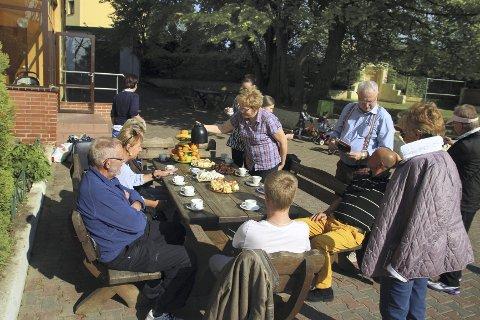 KAFFEKOS: Her serverer barna kaffe og egenbakte kaker til gjestene fra Oppegård. 60 000 kroner er allerede samlet inn – nok til oppussing av det ene baderommet. Nå vil Jan Bøckman Pedersen og Odd Solheim samle inn 60 000 kroner til – til det andre baderommet som trenger renovering.ALLE FOTO: PRIVAT
