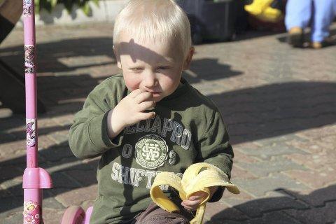 Har det bra: Barna blir godt ivaretatt på barnehjemmet, og banan er jo både godt og sunt!