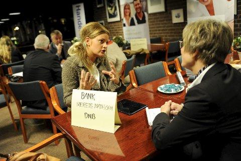 Utnytter tiden: Camilla Bilstad Johannessen (t.v.) har flere spørsmål om blant annet oppstartslån til Merete Mathisen fra DNB. Begge foto: Atle Møller