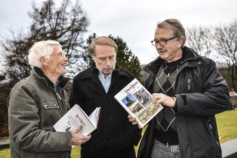 Lokalhistorie: Vidar Skaar Borgersen (t.v.), Odd Arne Helleberg og Dag Kristoffersen har samlet mye historie i årets utgave av Langs Lågen.Foto: Mona Sandviken