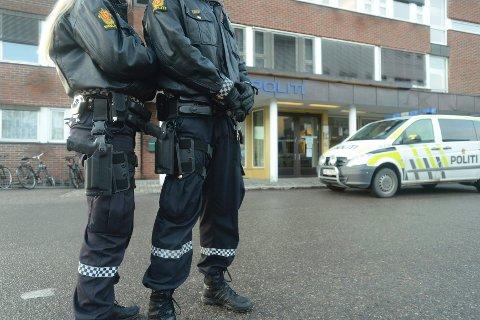 BÆRER VÅPEN: Også i Hedmark har politiet bevæpnet seg i dag. Fungerende politimester Kjell Kristian Ukkelberg sier at dette er en del av hverdagen og at politiet forholder seg lojalt til ordren fra politidirektøren om nettopp bevæpning.