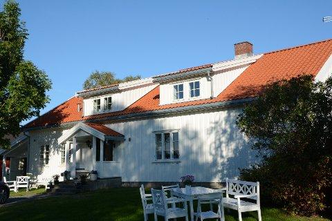 I det gamle våningshuset på gården i Vestby bor Margaretha Habberstad sammen med mannen Lars og de to tenåringsbarna Martin og Elise.