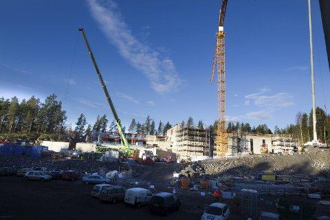 TAR FORM: Betongveggene er satt opp, og løpet av et par måneder er også vinduer og tak på plass.