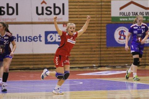 Celine Hagen strekker hendene i været. Follo HK Damer slo LHF09 søndag.