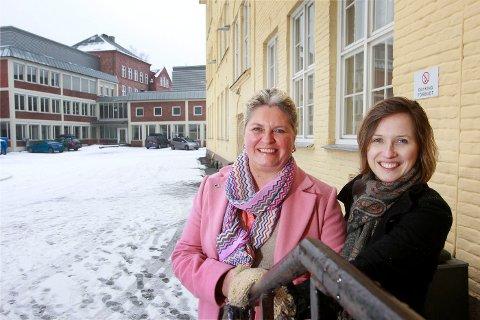 HOLDER SAMMEN: Anne Lene W. Hojem og Marianne Knarud kan glise. – Jeg må få gratulere både lærere og elever. Det er en gratulasjon som kommer rett fra hjertet, sier Hojem.