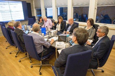 Formannskapet i Tysvær. Fra venstre: Torunn Vestbø Gjerde, Karsten Arne Larsen, Sissel Hansen Tysse, Ola S. Apeland, Kristine Aurdal og Harald A. Stakkestad. Foto: Einar Tho