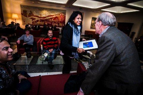 Nasim Rizvi gratuleres med Frivillighetsprisen 2014, som ble utdelt i rådhusets storstue fredag ettermiddag.