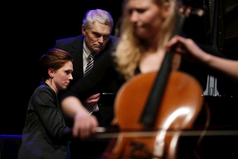 BLA-hjelp: Steinar Andsnes blar for sin datter Ingrid Andsnes under Schumanns «Adagio og Allegro» med Amalie Stalheim som solist på cello. Foto: Grethe Nygaard