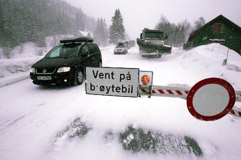 DET HVITE PARADIS: Stengte veier, farlige trafikkforhold og kolonnekjøring. Sånn har mange haugalendinger det på vei til Vågslid og høyfjellet. FOTO: KAI INGE MELKERAAEN