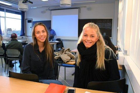 PÅ LEGEFOREDRAG: VG2-elevene Tonje Ella Grorud og Frida Sverdrup Ånensen gikk først på legeforedraget til Thomas Glott, deretter ble det PST-foredrag.