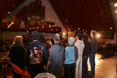 """Under """"Musikk i transitt"""" sang koret bestående av både musikkelever og beboere på Hvalstad transittmottak."""